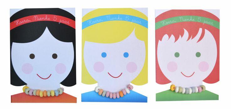 Deze lieve meisjes #trakteren een snoepketting! De printable is te gebruiken als #traktatie of #uitnodiging.