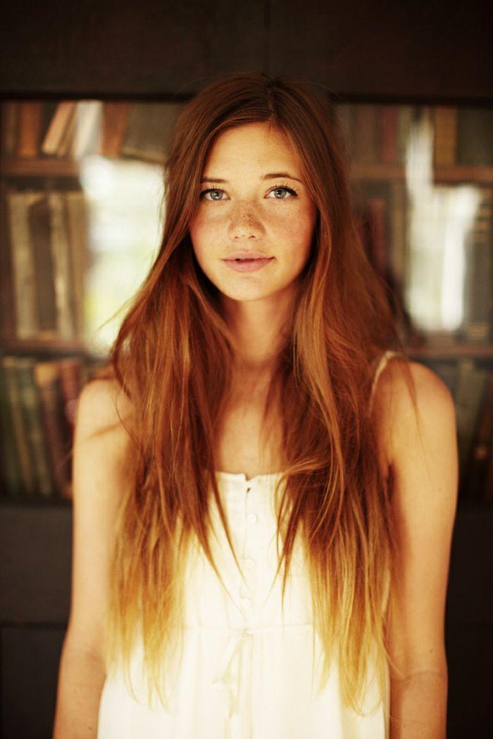 natürliche Schönheit, lange, naturrote Haare, blasse Haut, Sommersprosslinge, rosa Lippen