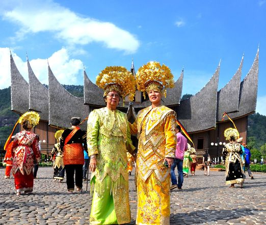 Istano Baso Pagaruyung: You can also wear the traditional costume of the Minang people, available for rent in the palace. (Photo courtesy of Pelangu Buana Tour)