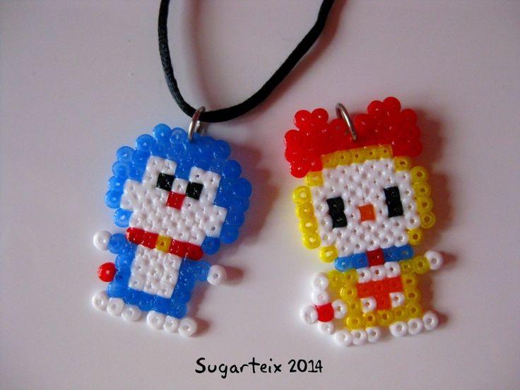 Doraemon y amiguita en hama mini colgantes para el cuello. Si te gusta puedes adquirirlo en nuestra tienda on-line: http://www.mistertrufa.net/sugarshop/ Ver más en: http://mistertrufa.net/librecreacion/groups/hama-beads/