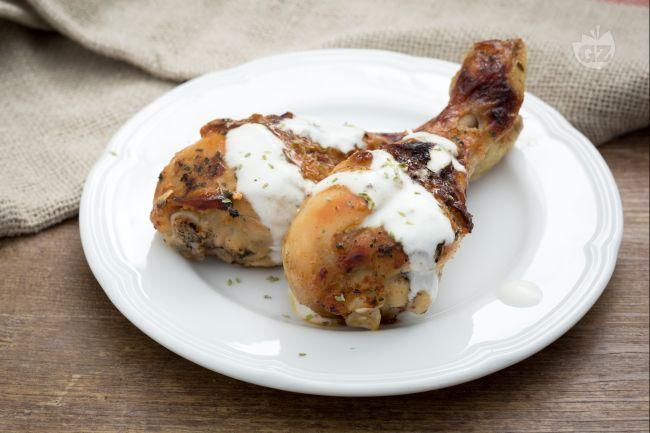 Le cosce di pollo allo yogurt sono un secondo piatto di carne dal gusto insolito, una variante sfiziosa del tradizionale pollo arrosto!