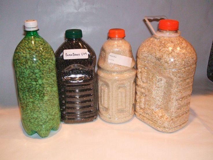 Je gedroogde voedsel in petflessen opslaan, lege limonade en/of melkflessen. Handig en goedkoop. Het schijnt na jaren toch wel wat zuurstof door te laten, maar als je gewoon je seizoensgroenten op wil slaan, is het een hele handige methode! (Kleine waterflesjes zijn ook handig, voor kruiden en zo.)
