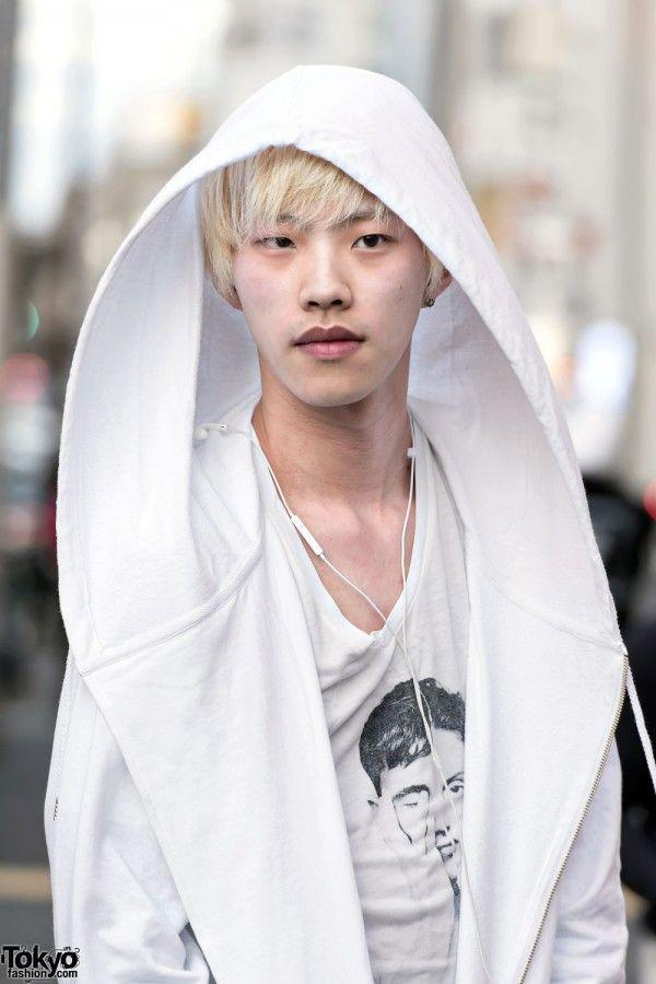 LELAKI HARAJUKU PIRANG DI WHITE HOODED JACKET & PLATFORM SHOES | ARTFORIA.COM  Berita Fashion Jepang – Wajah Ryuya yang putih dan rambut pirang menarik perhatian kita di jalan di Harajuku. Dia mengatakan kepada kami bahwa dia berusia 23 tahun dan dia bekerja sebagai ahli kecantikan.  Sementara Ryuya tidak memberi kami informasi merek tertentu, raut wajahnya menampilkan jaket berkerudung putih di atas topeng v-neck, celana putih, dan sepatu platform berlapis putih dengan rantai dan gesper…