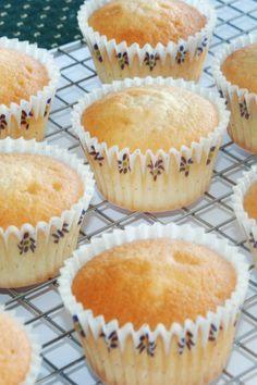 Lækre, luftige vanille cupcakes. Disse vanille cupcakes er et sikkert hit hos alle!