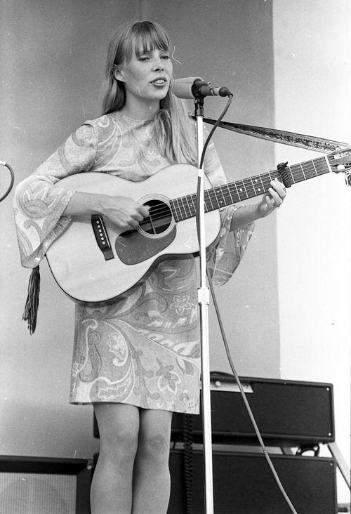 Joni playing the Mariposa Folk Festival, 1966