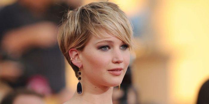 melena corta, Jennifer Lawrence con corte pixie, pelo rubio, flequillo largo ladeado