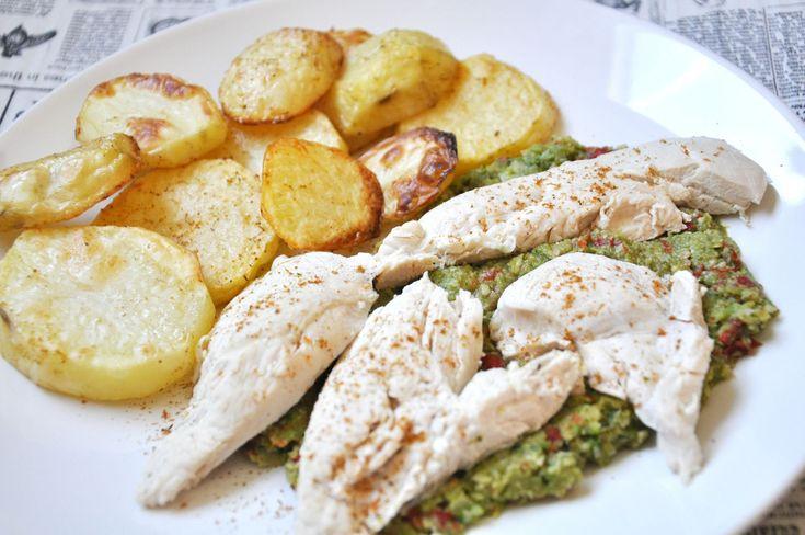 """Tworząc dla Was diety, często spotykamy się z tzw. """"problemem kurczaka"""" ; ) Mało kto lubi gotowaną pierś z kurczaka. Starając się maksymalnie urozmaicać dietę proponuję często posiłki podobne do tego. Mamy zarówno białko, węglowodany i tłuszcze. Smaczne i nietrudne do przygotowania.  Więcej na: http://noeasy.pl/kuchnia/piers-kurczaka-na-warzywno-migdalowym-puree-z-ziemniakami/"""