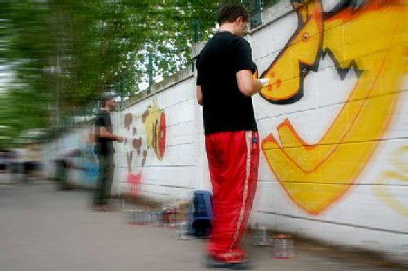 A scuola di Street Art! dal 25 agosto 2014. Per ragazzi dai 10 ai 18 anni (min. 12 partecipanti)  25 – 28 agosto / 1 – 4 settembre 2014 (lunedì e giovedì) dalle 10 alle 12  costo: € 60,00 (incluso materiale)  info & iscrizioni: distretto.a@gmail.com 335.345811