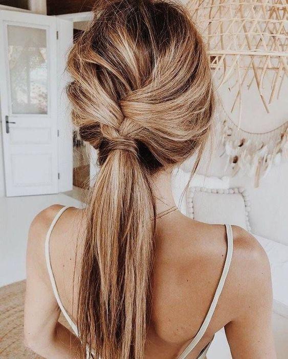 Warme dunkle Honigblondine mit schickem Zopfpferdeschwanz. #hairinspiration #blondehair #b