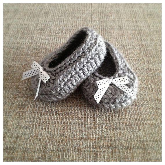 Baby Girl Bow Shoes crochet baby shoes от CrochetCuddlerShoppe, $20.00