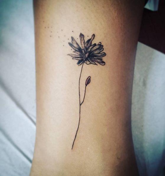 Pissenlit dans le vent.   30 tatouages floraux parfaits pour le printemps