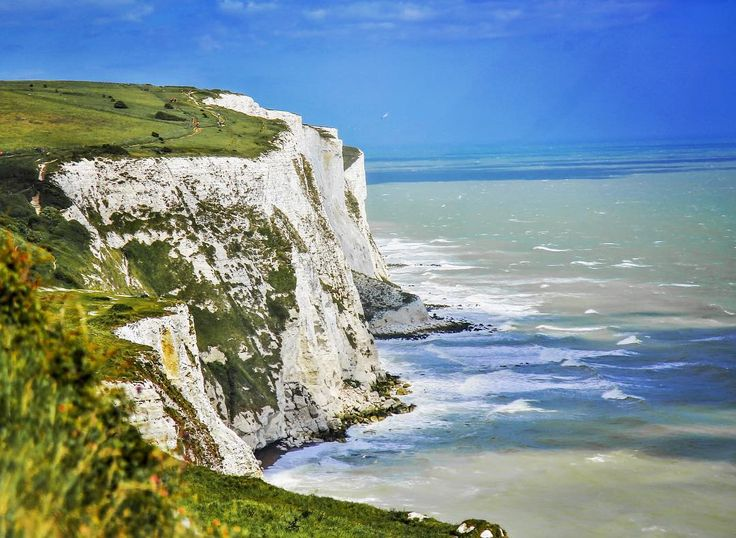 These 100m coastal cliffs mark the closest point to #france from mainland #britain I will never forget the amazement j felt when I first experienced them back in 2005. I was taking a ferry crossing from #england  to #paris when the sun illuminated the white chalk against the contrasting bright #blue #ocean on a clear day the cliffs are noticeable from the #french coastline. This time around I had the opportunity to walk a section of them with @england.experience the cliffs stretch along the…