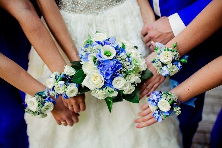Следуя западным традициям, многие невесты в один из самых главных дней своей жизни хотят видеть рядом самых близких подруг. Есть несколько вариантов выделить подружек среди гостей свадьбы и подчеркнуть стиль самой новобрачной. Это могут быть платья, выполненные в одной цветовой гамме, одинаковые туфельки, оригинальные головные уборы или невероятно красивые цветочные браслеты.
