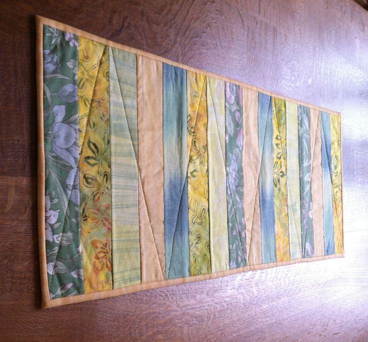 Påske bordløber i 16 strimler på 6½ x 32 cm.