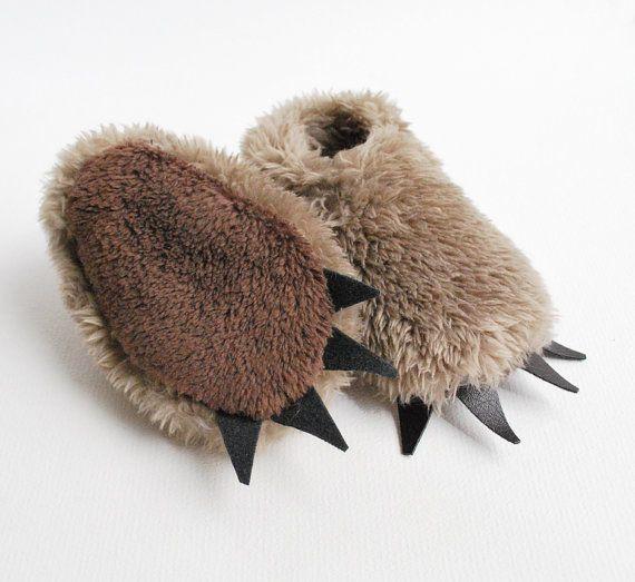 Réservé aux ours de STEPHANIE chaussons Fuzzy moka par babycricket