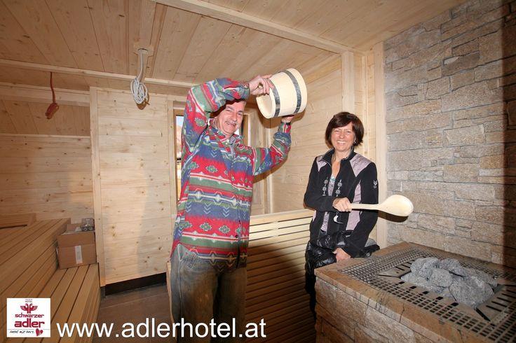 Auch etwas Spaß muss sein - bevor die ersten Gäste kommen muss die Sauna auch getestet werden