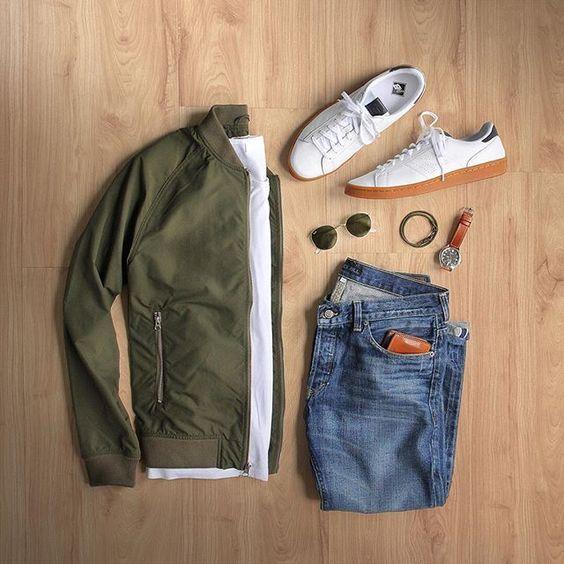 Greenery é a Cor de 2017, o Verde Musgo misturado com amarelo aparece em alta na Moda Masculina e para a Roupa de Homem. Macho Moda - Blog de Moda Masculina: Greenery é a Cor de 2017 - Tons de Verde em alta no Visual Masculino, jaqueta Bomber Verde, Calça jeans e Tênis Branco com Sola Marrom.