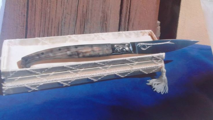 Lama in acciaio e carbonio, durezza 72 hrc, incisione su lama e anello a bulino, manico in corno di montone, produzione artigianale a tiratura limitata da 3 a 100. ///  Steel and carbon blade, hardness 72 hrc, burin engraving, handle made with black ram horn, only 3-100 copies.