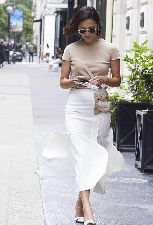 Väriyhdistelmä, joka tekee asusta supertyylikkään. Fashionistat suosivat luonnonläheisten värien ja raikkaan valkoisen yhdistelmää.  Pariisin haute couture -muotiviikon katutyylikuvissa yksi kesäinen väriyhdistelmä erottuu edukseen: valkoisen ja beigen liitto. Raikkaan valkoisen ja luonnonläheisen ruskean yhdistelmä saa asun näyttämään hillityn elegantilta ja harmoniselta. Neutraalit sävyt luovat mielikuvan kalleista luonnonmateriaaleista.