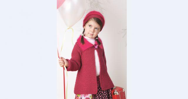 Strikk en enkel og fin, halvlang jakke til jenter 3–6 år. Denne kan brukes både til hverdags og til fest.