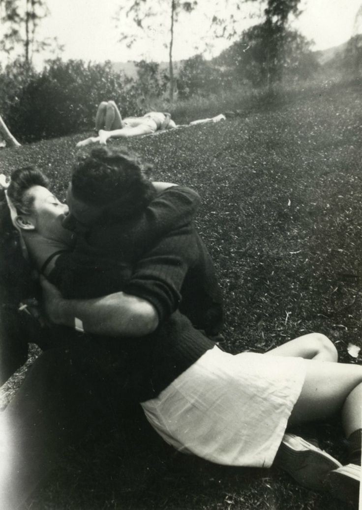 Kissing in the park, yeap that´s always a good idea
