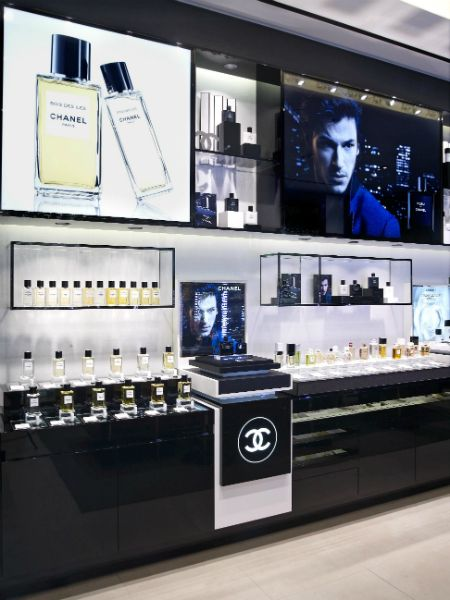 chanel cosmetic display - Google zoeken