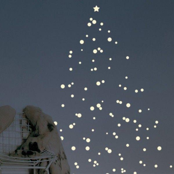 Sticker sapin de Noël phosphorescent http://www.homelisty.com/18-idees-de-sapins-de-noel-pour-petits-espaces-photos/