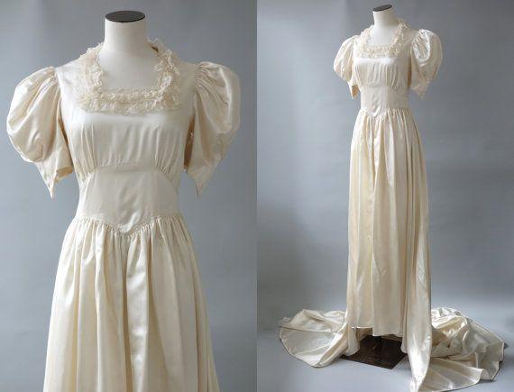 Robe de mariée de Pandore | Ballon des manches et la dentelle satin robe de mariée décolleté Ivoire | des années 1940 par Cubevintage | XS à petit