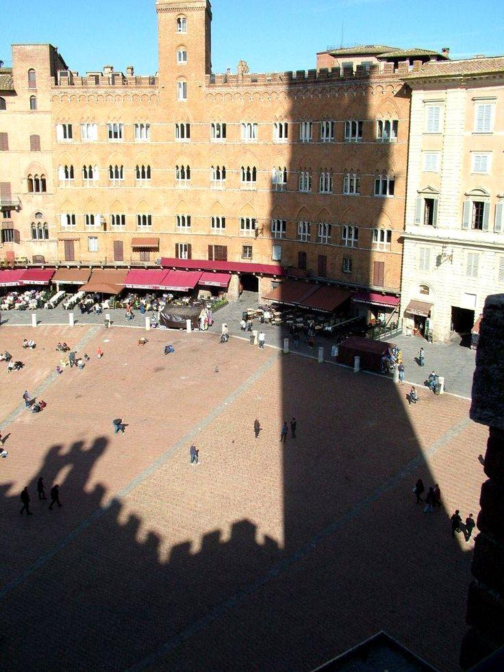 L'ombra del Palazzo pubblico su Piazza del Campo; Foto di Matteo Banchi; #Siena #Toscana #PiazzaDelCampo