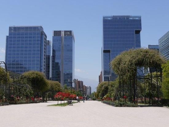 Santiago. Parque Araucano y sector de oficinas Nueva Las Condes