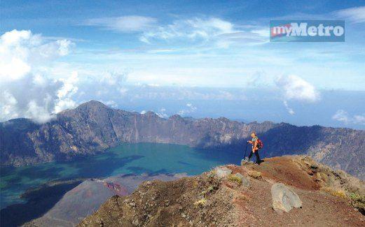 Dakapan puncak Rinjani: Pendaki terkedu menikmati panorama gunung berapi tercantik di dunia.