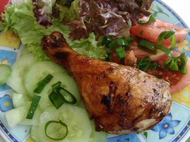 Grillowany kurczak podany z warzywami. Propozycja na smaczny obiad!