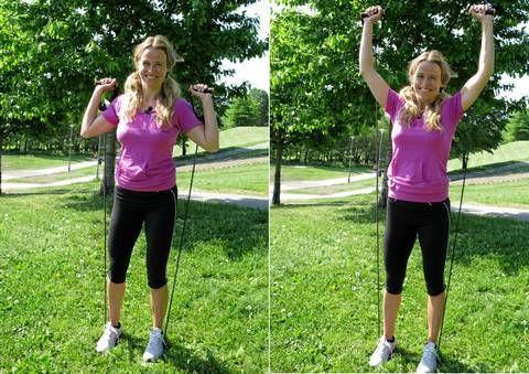 SKULDERPRESS: Hvis du vil ha denne øvelsen tyngre kan du stå med bredere benstilling på strikken.