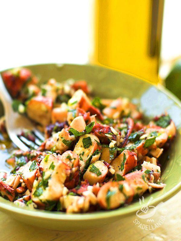 Octopus salad - L'Insalata di polpo è un piatto salutare, decisamente leggero e ricco di sostanze nutrienti, ideale quando si segue una dieta a basso impatto calorico. #insalatadipolpo