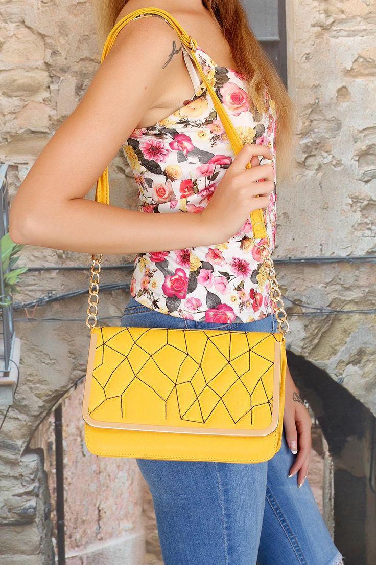 Metal aksesuarlar ile detaylandırılan Sarı Renk Bayan Çapraz Asklı Çanta modeli…