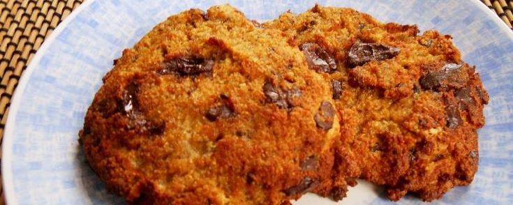 Gezonde koekjes van kokosmeel, banaan en chocolade ;) Deze zijn een klein beetje droog maar echt lekker. Ik kan ze dus warm aanbevelen :-) Kleine tip: je kunt ook iets meer vloeibare kokosolie toevoegen aan het recept zodat ze smeuïger worden ;)