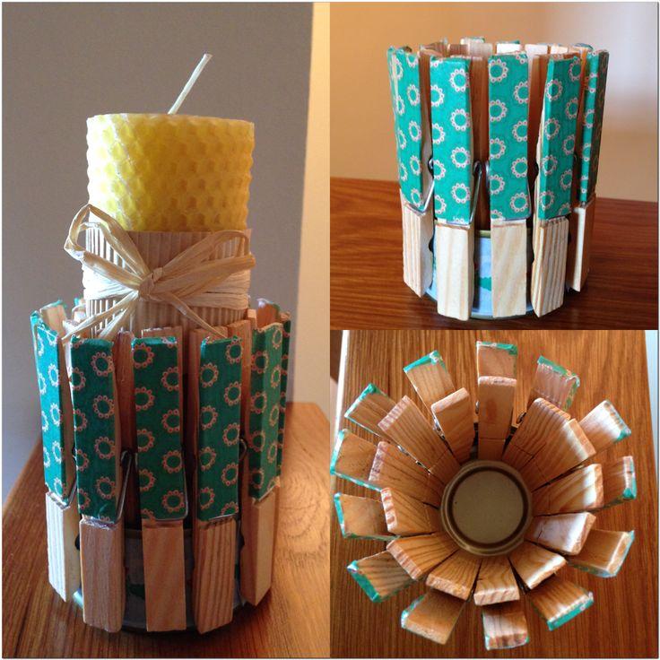 Porta espelmes . Fet amb llauna de tonyina i pinces d'estendre roba. Cinta decorativa