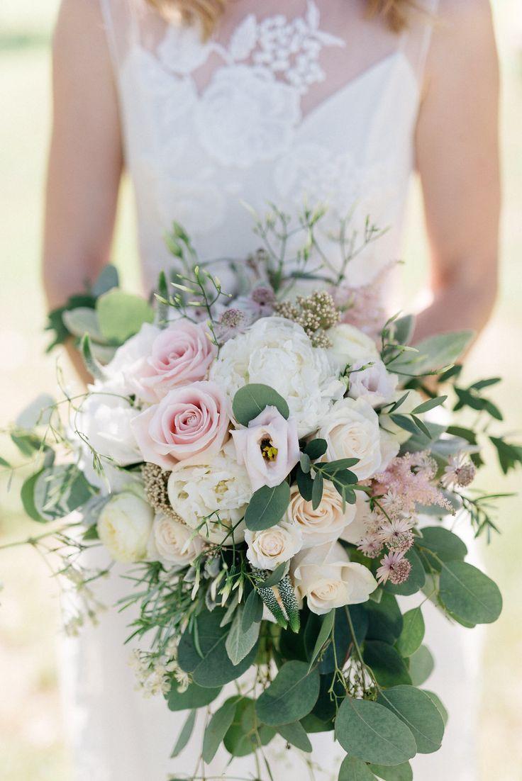 Brautstrauss mit Eukalyptus und Rosen in pastell und grün - Elegante Gartenhochzeit auf Schloss Grafenegg | Hochzeitsblog The Little Wedding Corner