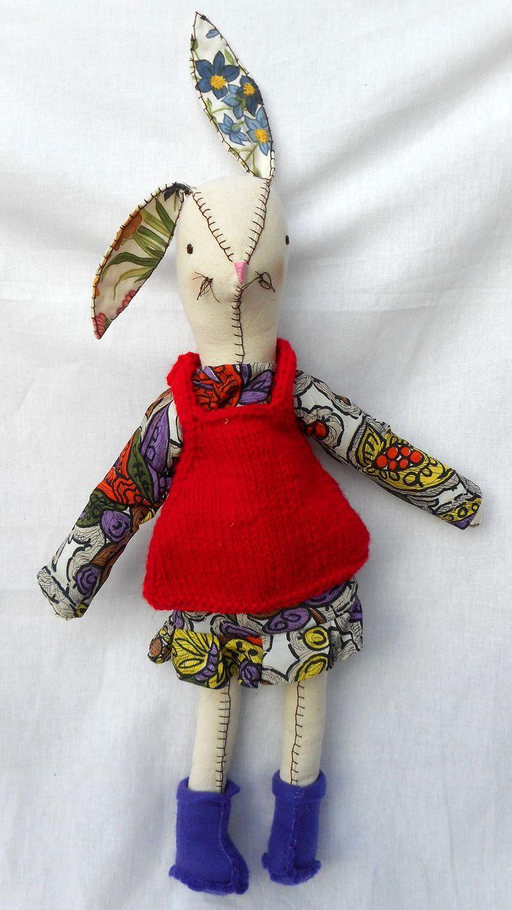 Coneja de tela, rellena con vellon.  Vestido colorido y chaleco de lana. Botas de pañolenci $ 320.-  Vendida.