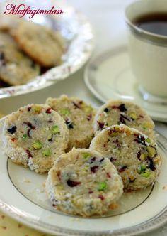 Malzemeler: (Yaklasik 60 kurabiye icin)1 kap tereyagi (250 g.) (oda sicakliginda yumusamis)1 kap seker1 yemek kasigi vanilya ozutu1/4 tatli kasigi tuz1 yumurta (oda sicakliginda)2 ve 1/2 kap un1/2 …