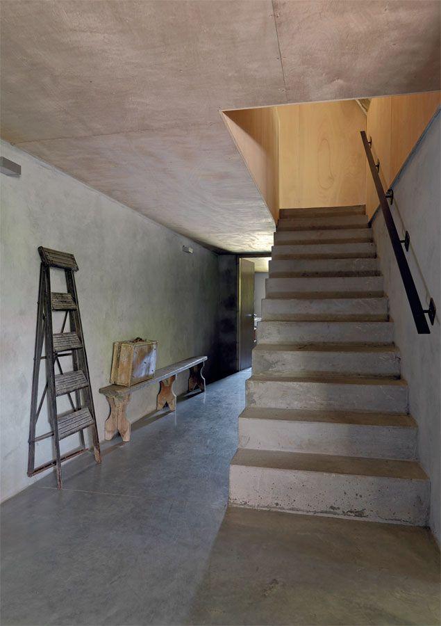 Una escalera de cemento alisado se eleva con sus l neas for Escalera de cemento con descanso