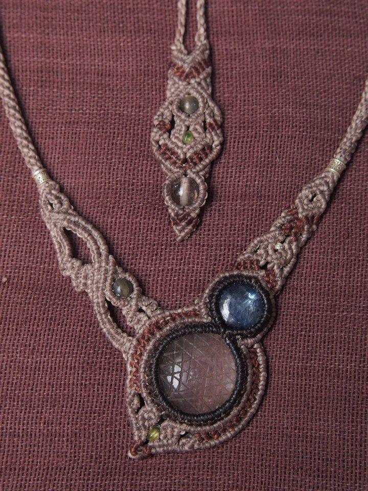 「ヒマラヤ水晶とカイヤナイトのデザインネックレス」シュリ・ヤントラのカービングが施されたヒマラヤ水晶とネパール産のカイヤナイトを使用しアシンメトリーデザインで製作した存在感あるスペシャルな一品。『シュリ』とはインドの「富と繁栄の女神ラクシュミ」を現わしており、『ヤントラ』はヒンドゥー教の護符で、幾何学図形を神を表すシンボルとしたり、あるいは魔除けの護符に利用したりします。各所に天然石ビーズやカレンシルバーをちりばめトップ~テイルまで余すところ無く装飾が施されています。