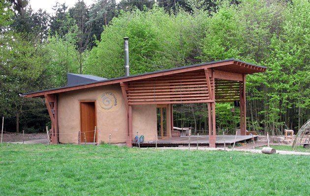 Lesní klub Pramínek - místní vám rádí poví svůj příběh, přijdete-li na návštěvu k nim do Světic u Říčan (kulatý slaměný domek s hliněnými plastikami, jurta, vrbicky, teepee a děti :-)) )