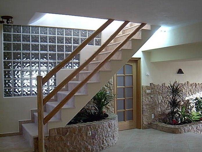 Escada com parede de bloco de vidro