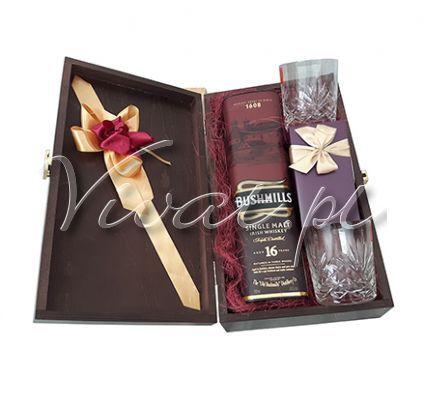Whiskey dla Konesera Whiskey gift box by Vivat http://www.vivat.pl/524,whiskey-dla-konesera.html * Bushmills 16 YO w tubie - irlandzka whiskey typu single malt - jęczmienna whisky, która dojrzewa najpierw w dębowych beczkach, potem w beczkach po słodkim sherry, by na końcu poleżakować w beczka po winie porto. Nadaje jej to pięknej, rubinowej barwy. Whisky zachwyca interesującym bogatym owocowych charakterem, z nutą orzechów i korzennych przypraw * Kryształowe szklanki do whisky - 2 sztuki…