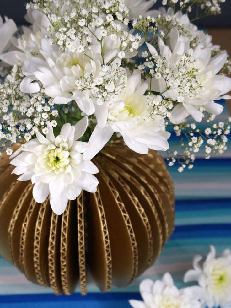 Vase en carton ondulé doré