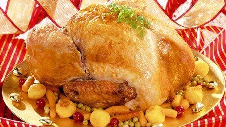 Comment bien farcir la dinde de Noël? Quelle farce préparer pour cette dinde de fête? Comment remplacer la farce traditionnelle et l'améliorer pour épater les papilles des invités? Le chef Damien du site Dinde.fr vous livre sa recette de farce pour la dinde de Noël sans porc. Pour bien le réussir, prévoyez de la farce de veau, du lard fumé, de la châtaigne ou des marrons naturels, de l'échalote, du persil plat, des épices, un oeuf, du pain rassis, du piment d'Espelette et du poivre. Afin…
