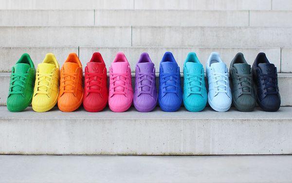 United Colors Of Pharrell Williams ! Le producteur a créé une collection arc-en-ciel : les Adidas Superstar Supercolor. 50 coloris en vente
