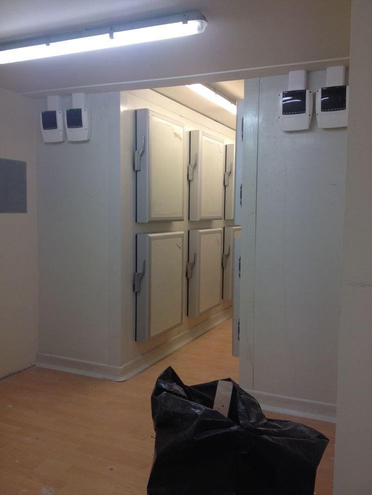 Προκατασκευασμένοι θάλαμοι. Ο ένας συντήρηση και ο άλλος κατάψυξη με 8 πόρτες ανά θάλαμο.