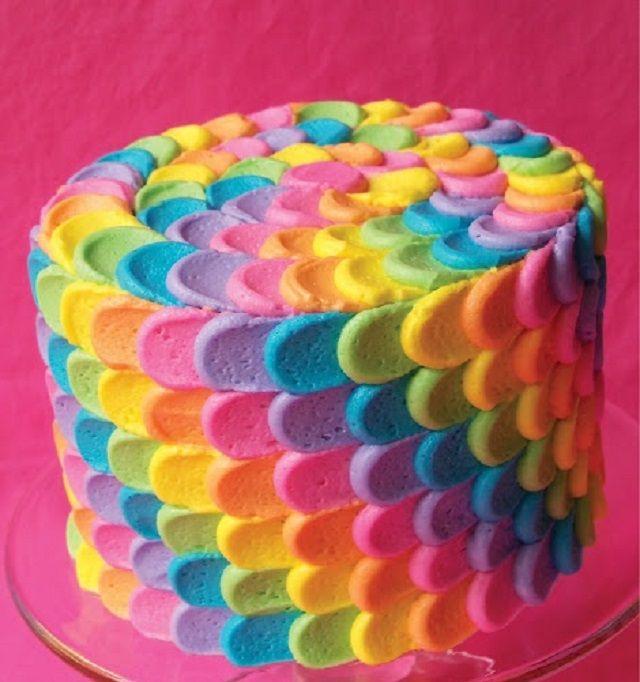Repostería: decora una torta con hermosos pétalos de colores, es facil y divertido http://ideasparadecoracion.com/decoracion-de-torta-de-petalos-de-colores/